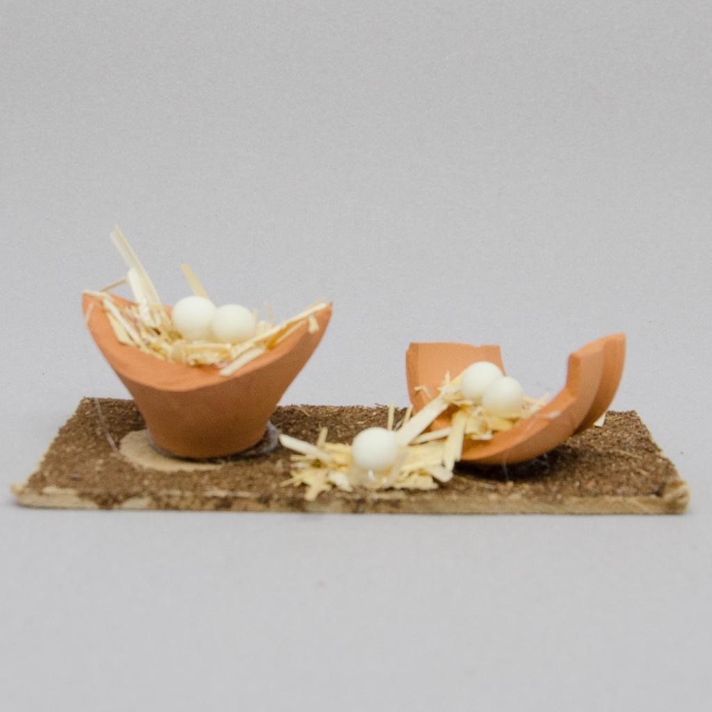 Krugscherben aus Terrakotta mit Gelege
