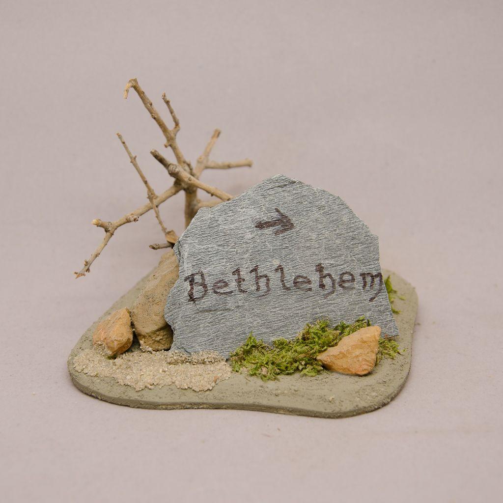 Wegweiser Bethlehem, Steinplatte mit Strauch
