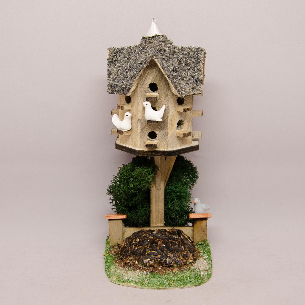 Taubenhaus mit Misthaufen, Strauch und Tauben